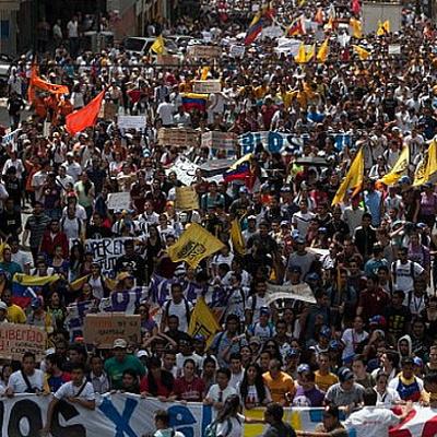 Протестующие захватили грузовик нацполиции Венесуэлы в Каракасе