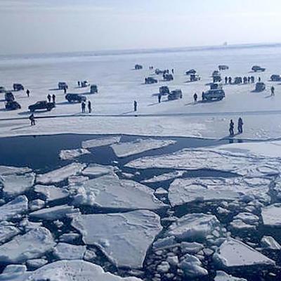 Сахалинские спасатели приступили к эвакуации рыбаков с оторвавшейся льдины