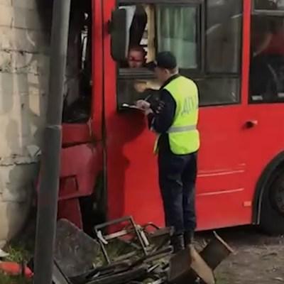 В Перми автобус въехал в стену здания строительного магазина, пострадали 33 человека