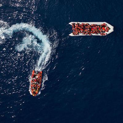 Судно с мигрантами  отказалось войти в порт пиренейского королевства