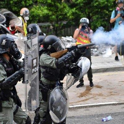 В Гонконге полиция применила слезоточивый газ и водяные пушки против протестующих