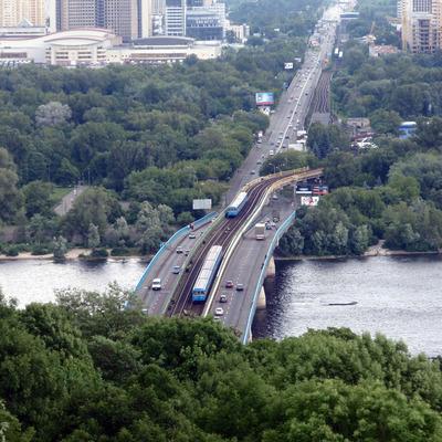 В Киеве неизвестный мужчина угрожавший взорвать метромост через Днепр начал стрелять
