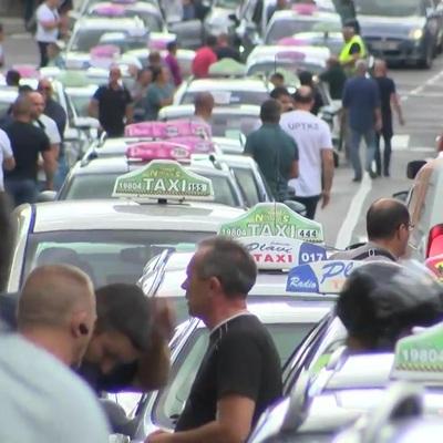 Белград заблокировали таксисты, протестующие против сервиса CarGo