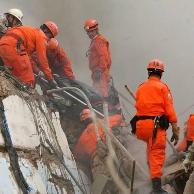 В Форталезе спасатели извлекли из-под обломков обрушившегося здания семь человек и собаку