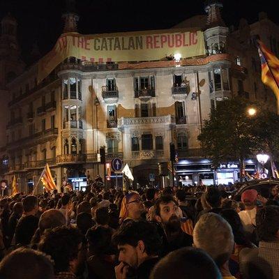 Здание местного МВД Каталонии забрасывают воздушными шарами с краской