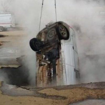 Легковой автомобиль провалился в яму с кипятком в Пензе