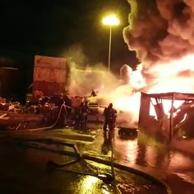 Рухнул ангар логистической компании, который горит в Петербурге