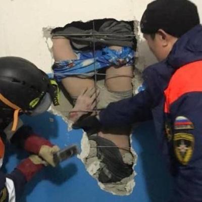 В Якутии спасатели вызволили из вентиляционной шахты мужчину