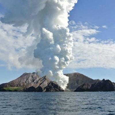 Судьба 27 человек, оставшихся после извержения вулкана на острове Уайт-Айленд, неизвестна