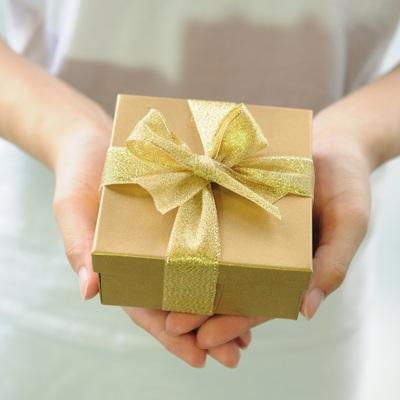 Большинство россиянок хотели бы получить в подарок на 8 марта цветы и путевку