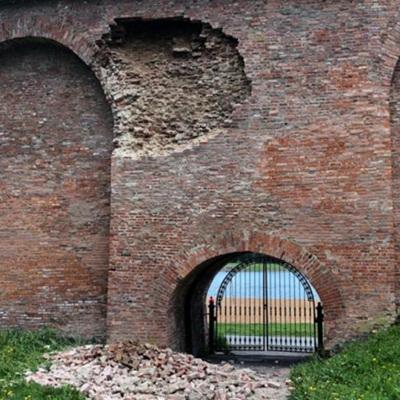 Часть кремлевской стены обрушилась в Великом Новгороде