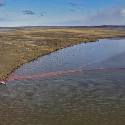Норильск: Глава МЧС и губернатор Красноярского края работают на месте разлива ГСМ