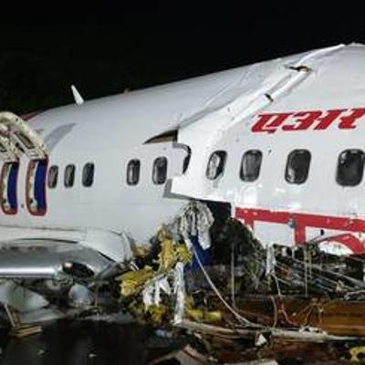 На месте жесткой посадки самолета в Индии обнаружили бортовые самописцы
