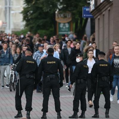 ОМОН разгоняет людей возле импровизированного мемориала на пушкинской площади в Минске