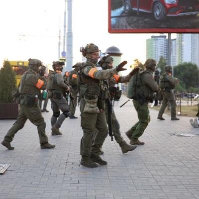 Протестующих около одного из ТЦ Минска разгоняют резиновыми пулями