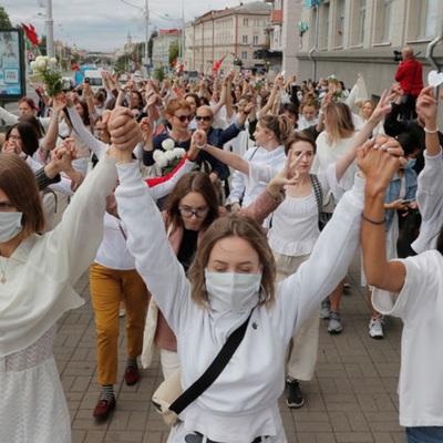 В Минске силовики опустили щиты в знак солидарности с демонстрантами