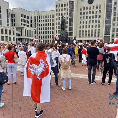 Протестовавшие на площади Независимости перед Домом правительства в Минске люди расходятся
