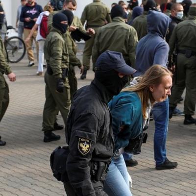 В центр Минска выдвинулись спецтехника, автозаки и армейские грузовики