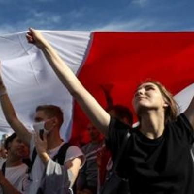 Участники женской акции протеста в Минске выдвинулись к проспекту Независимости