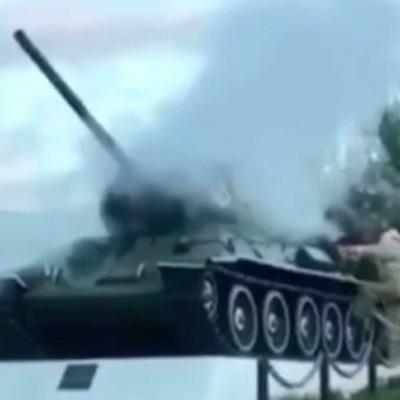 Стоящий на постаменте танк Т-34 задымился в одном из поселков Нижегородской области