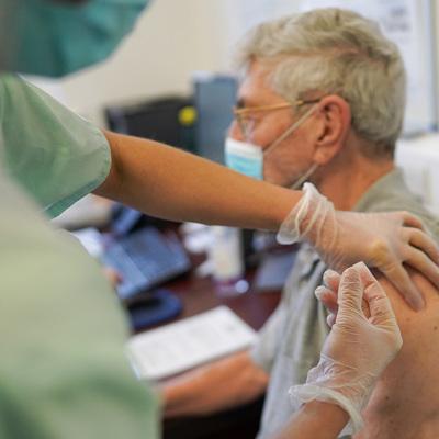 Более 2.000 человек привили от коронавируса выездные бригады в Москве за 3 дня