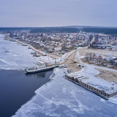 Паром с людьми и машинами под Петербургом зажало льдом при минус 29 градусов