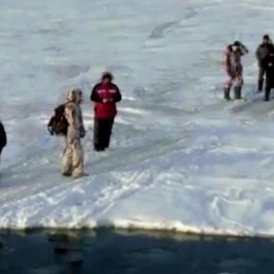 Рыбаки, которые дрейфовали на льдине у берегов Сахалина, спасены