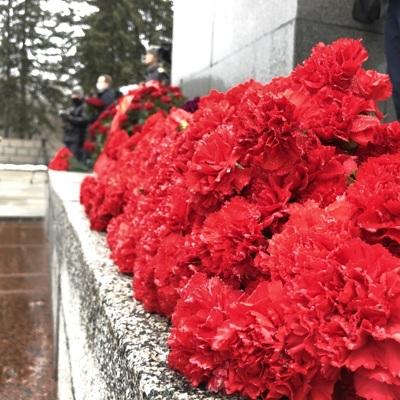 Беглов возложил цветы на Пискаревском кладбище
