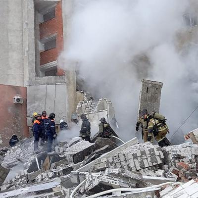 Кинологи с собаками проверяют место взрыва газа в кафе в Нижнем Новгороде