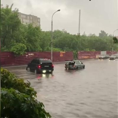 Владивосток встал в пробках из-за ливня, службы такси подняли цены