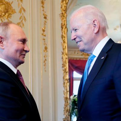 Путин и Байден проводят переговоры в узком составе в библиотеке женевской виллы Ла-Гранж