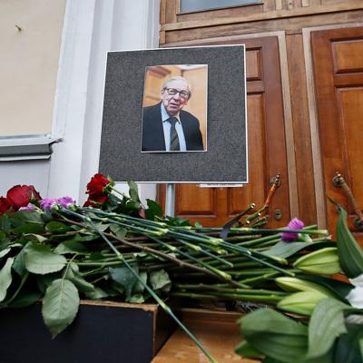 Москвичи несут цветы к зданию журфака МГУ, чтобы почтить память Засурского