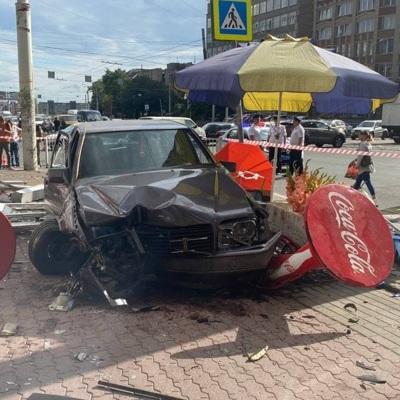 В Калининграде водитель Mercedes въехал в мини-рынок, погибла женщина
