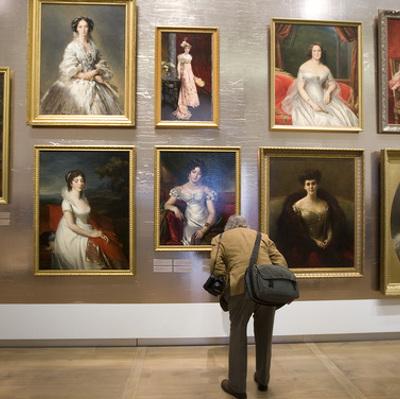 Группа неизвестных повесила собственную картину в московском музее
