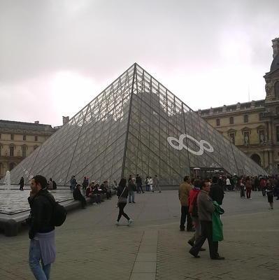 Из парижского Лувра мужчина попытался вынести скульптуру XVIII века