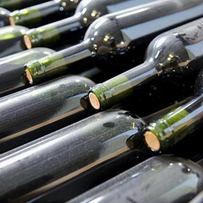 Сотрудник винодельни случайно вылил 17 тысяч литров вина в канализацию
