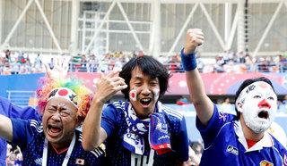 Японские и сенегальские болельщики убрали мусор за собой