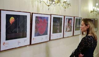 Видео: Работы лауреатов фотоконкурса имени Андрея Стенина привезли вПрагу
