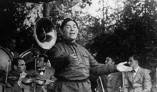 Леонид Утёсов на фронтовом концерте. Премьера песни А.Островского «Гадов бьём». 1942 год.