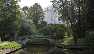 В Павловском парке, созданном в конце XVIII, начале XIX веков…Это самый большой парк Европы площадью 600 гектаров.