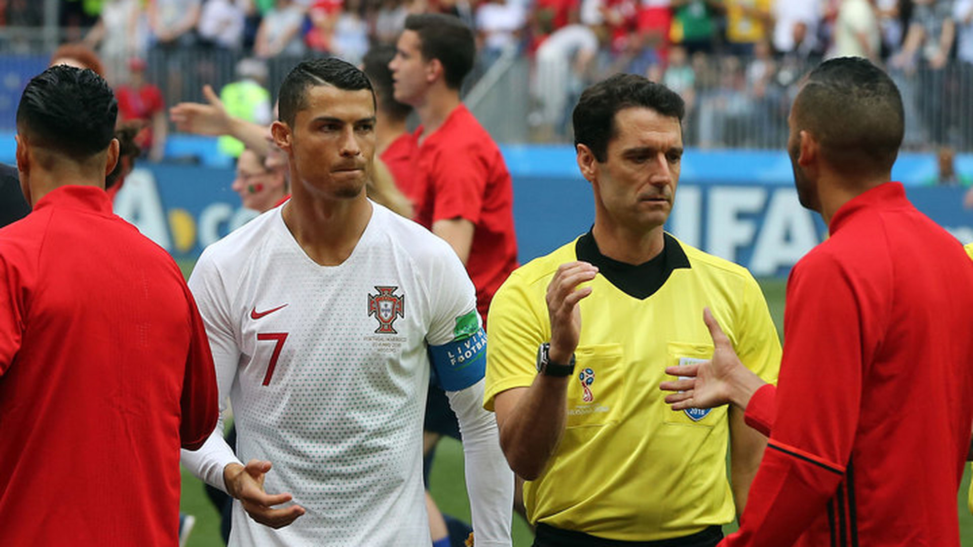 Арбитр в перерыве матча Португалия – Марокко попросил у Роналду футболку