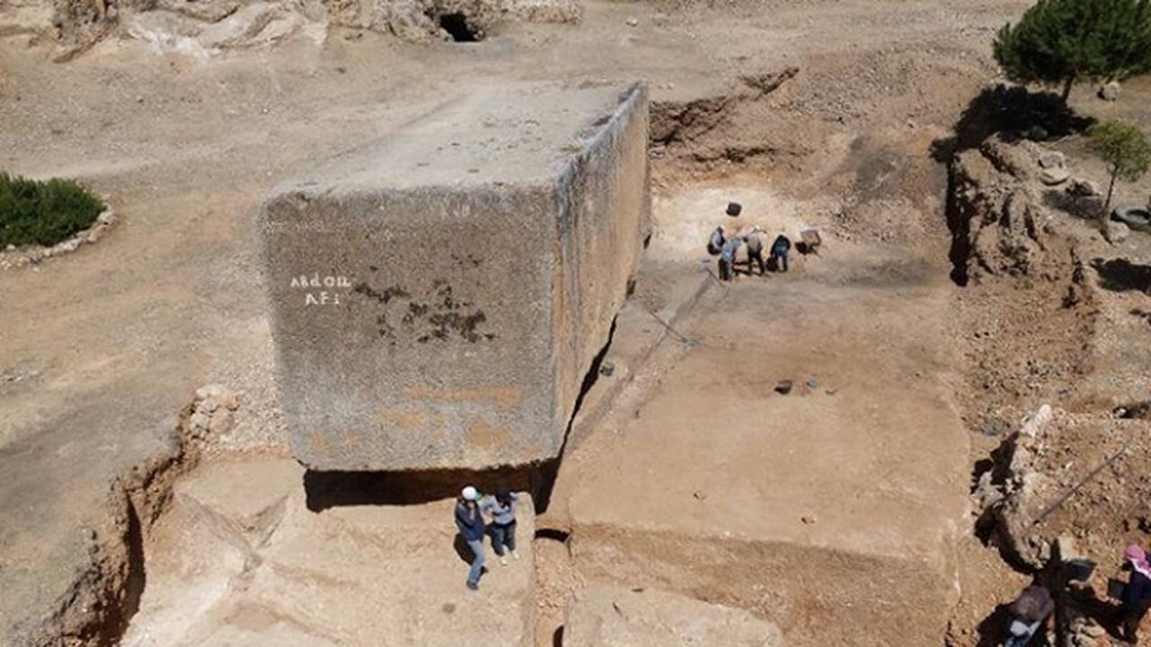Археологи раскопали крупнейший монолит в истории