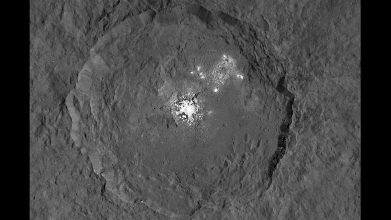 Опубликованы новые снимки белых пятен на Церере