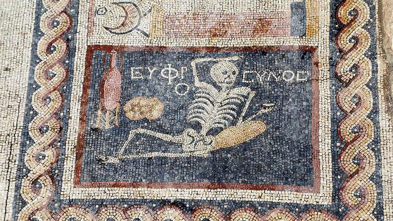 """Скелет предупреждает: """"будь весел и наслаждайся жизнью"""""""