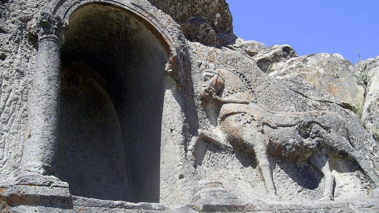 Рядом с могилой жокея найдены древнейшие правила проведения скачек