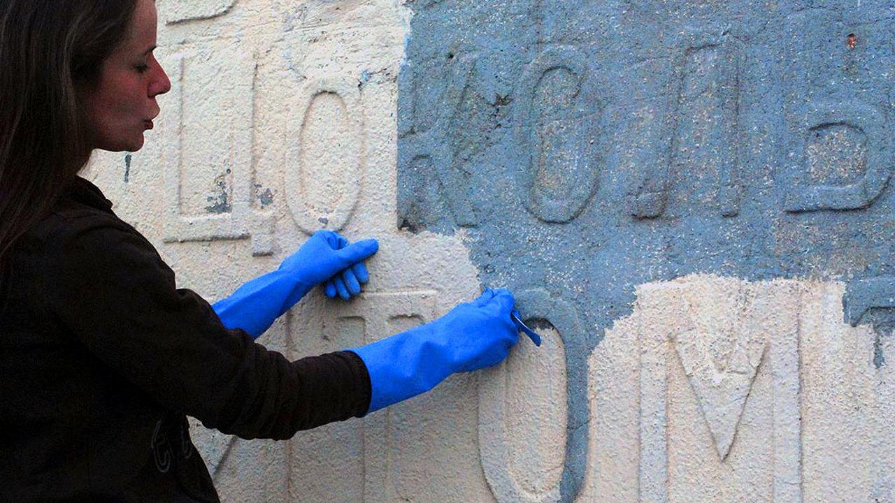 """""""Вспомнить всё"""": московские реставраторы восстанавливают дореволюционную вывеску"""
