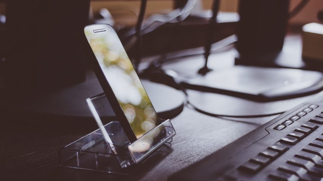 """Бликующую проблему электроники решит новое """"невидимое"""" стекло"""