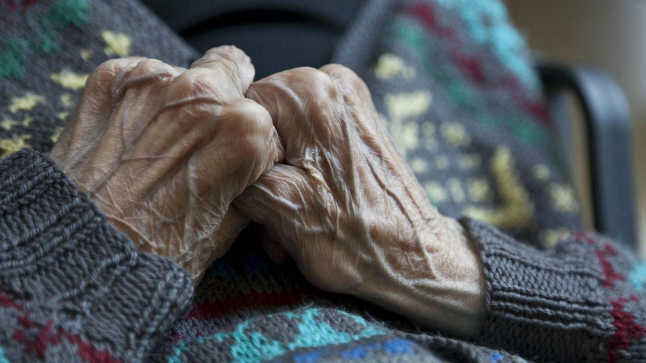 Почему у пожилых людей начинает зудеть кожа