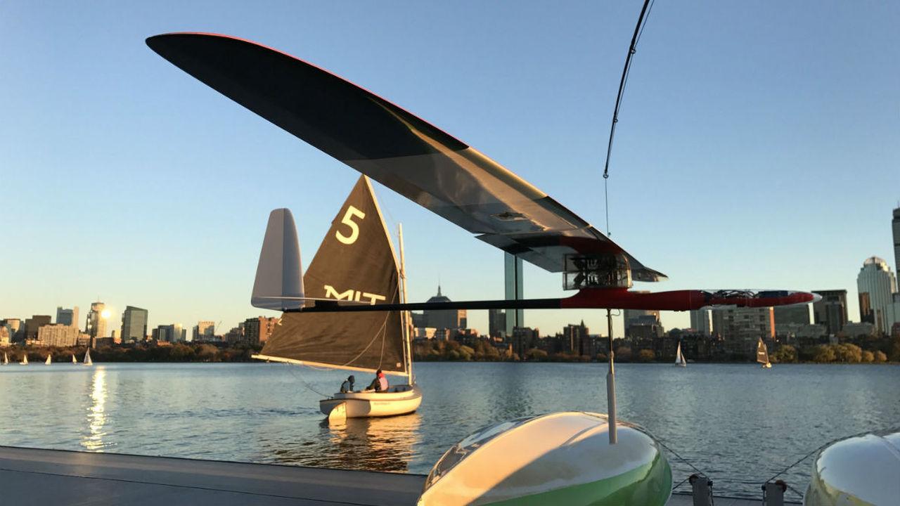 Новый робот-альбатрос движется по воде и воздуху благодаря силе ветра