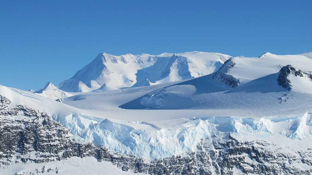 Подо льдами Антарктиды найдены огромные долины